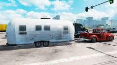 Жилой прицеп Airstream в трафике